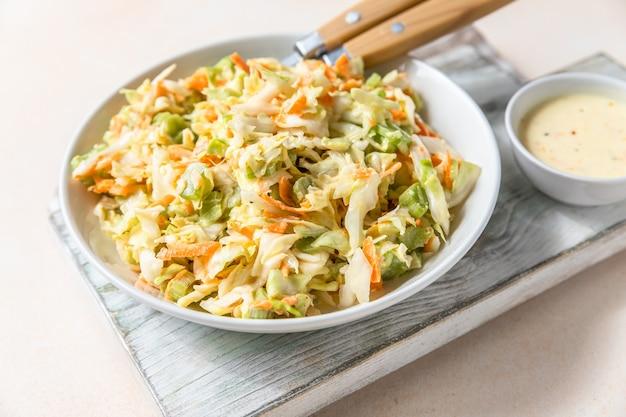 Salada de repolho de repolho branco ralado, cenoura ralada e ruibarbo