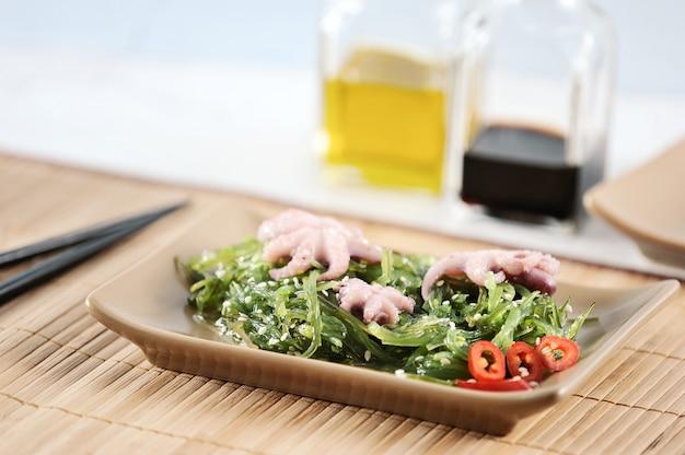 Salada de repolho do mar chuka, polvo, molho de soja