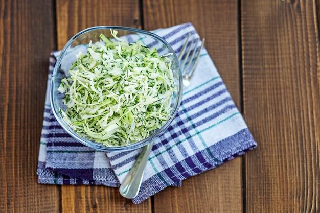 Salada de repolho e especiarias. copie o espaço.