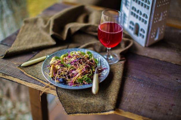 Salada de repolho em cima da mesa