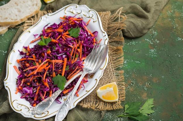 Salada de repolho roxo com cenoura com molho de azeite e limão