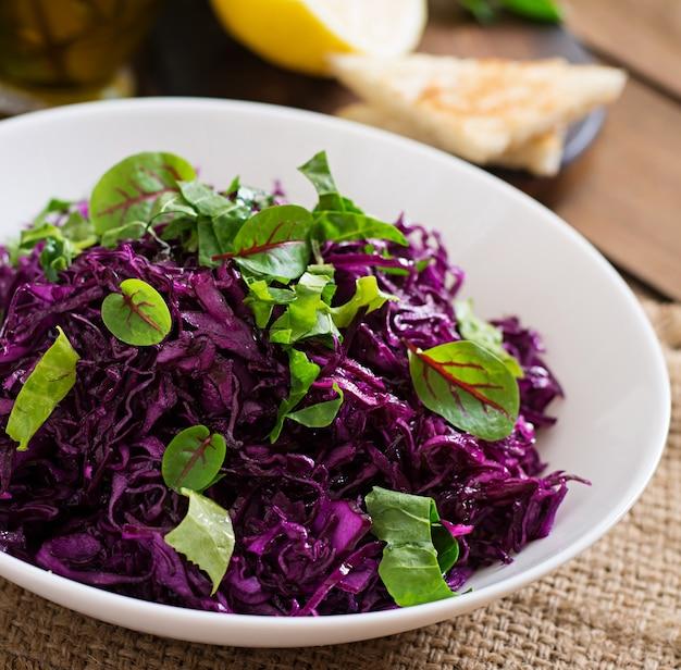 Salada de repolho roxo com ervas