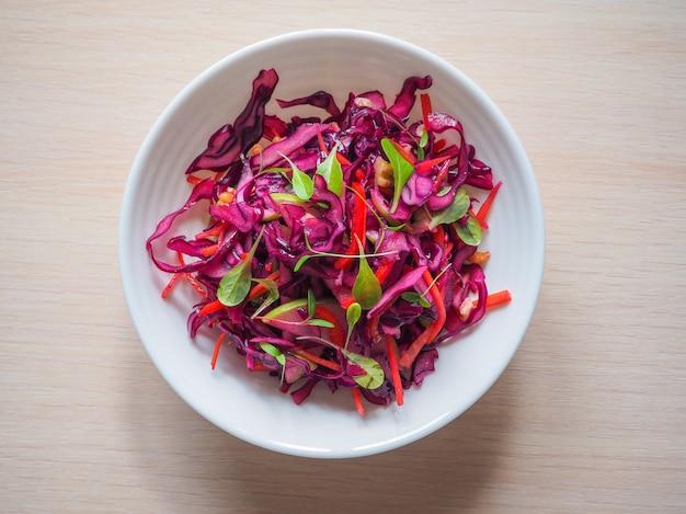 Salada de repolho roxo com maçãs e nozes pecã para o jantar de natal. prato vegetariano.