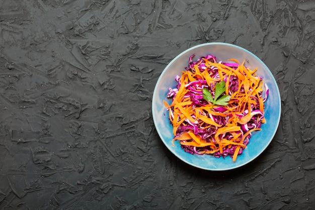 Salada de repolho roxo e cenoura saudável