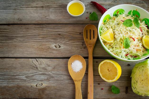 Salada de repolho vitamina com cenoura, com espaço para texto
