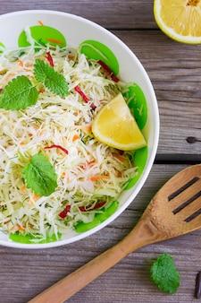 Salada de repolho vitamina com cenoura em uma tigela