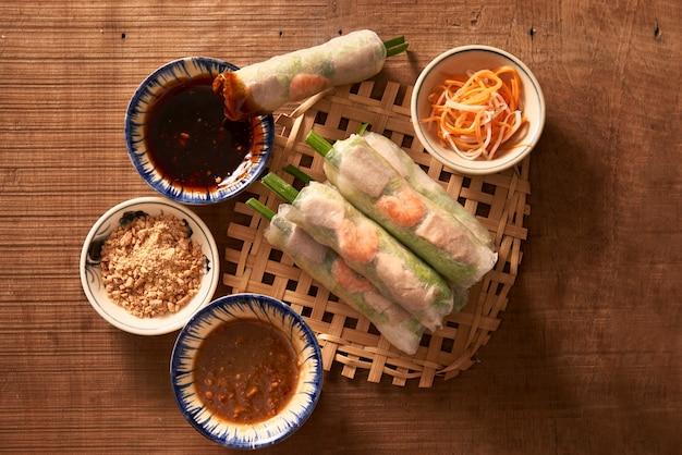 Salada de rolinho primavera de camarões asiáticos
