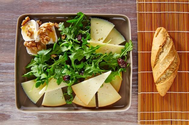 Salada de rúcula com mel e nozes de queijo de cabra