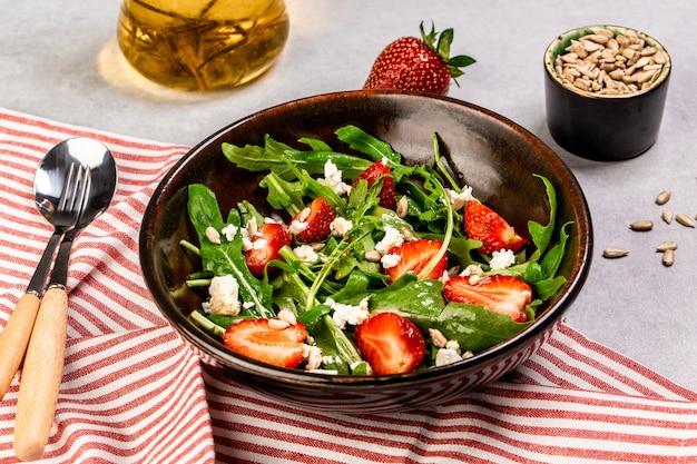 Salada de rúcula com morangos frescos e queijo ricota