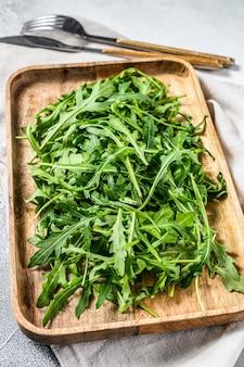 Salada de rúcula fresca em tigela de madeira