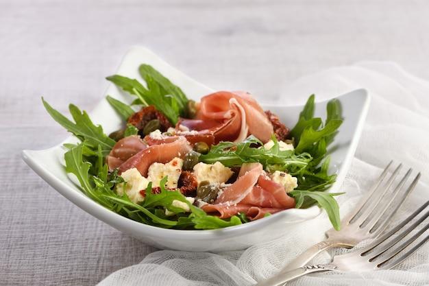 Salada de rúcula presunto com tomate seco e fatias de mussarela