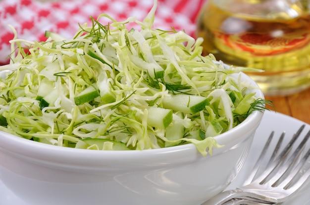 Salada de salada de repolho fresca com pepino e endro