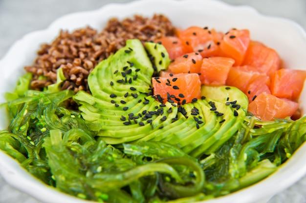 Salada de salmão, abacate, arroz integral, algas marinhas.