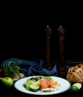 Salada de salmão com ervas e maçãs