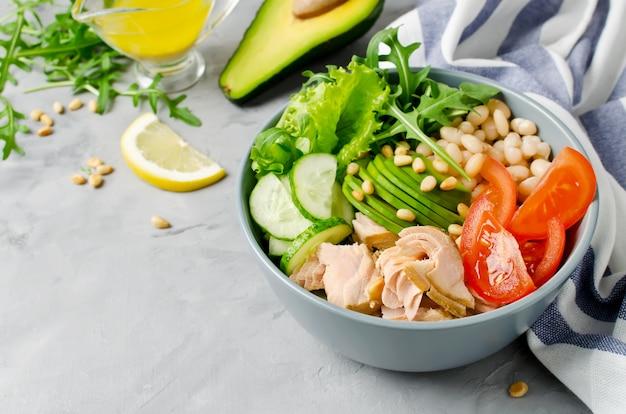 Salada de salmão com feijão branco, tomate, pepino, abacate e rúcula