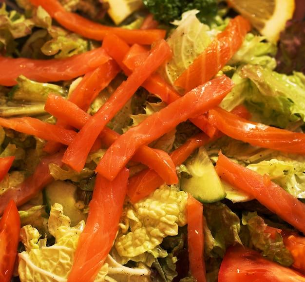 Salada de salmão defumado com atum e gambas