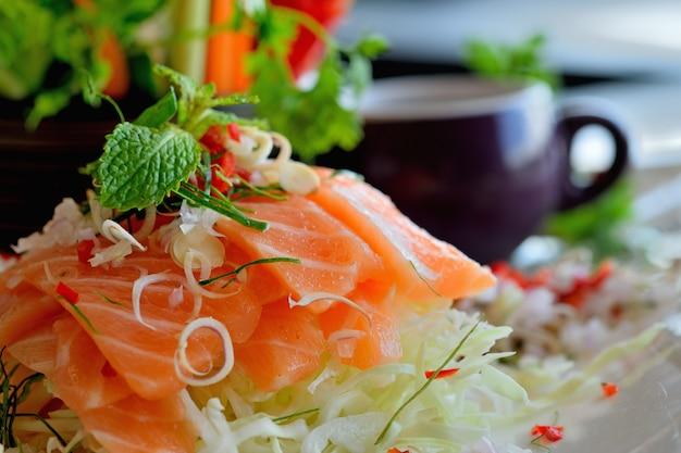 Salada de salmão defumado picante chiqueiro tailandês
