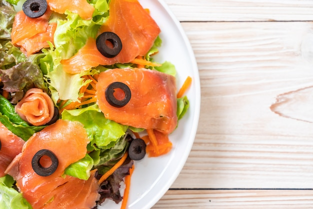 Salada de salmão defumado