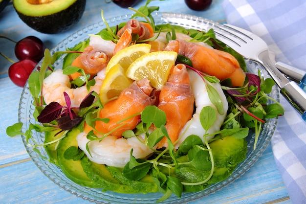 Salada de salmão e camarão