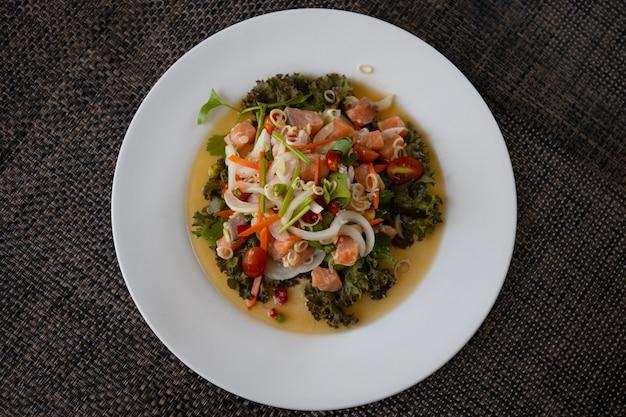 Salada de salmão em um prato branco