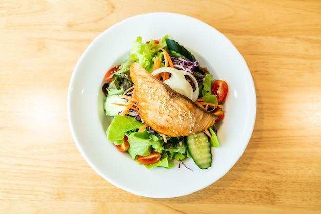 Salada de salmão frito