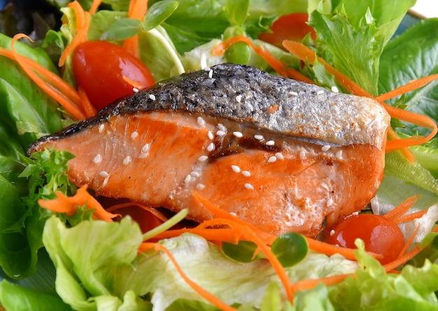 Salada de salmão grelhado close up