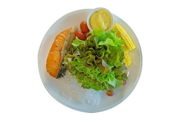 Salada de salmão grelhado com vegetais e copo de algas, foco seletivo.