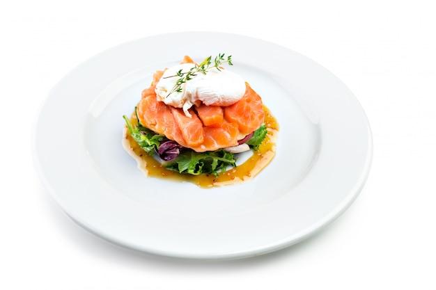 Salada de salmão isolada no branco