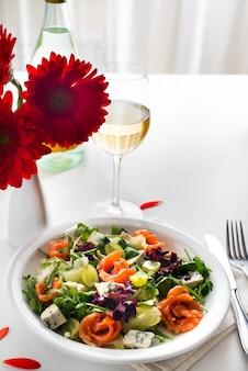 Salada de salmão saudável