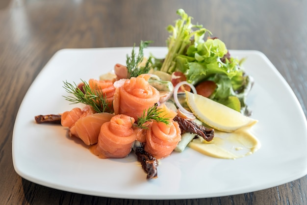 Salada de sashimi de salmão