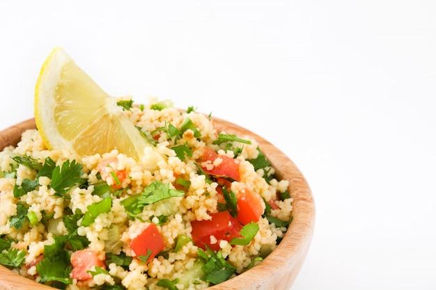 Salada de tabule com cuscuz isolado no branco