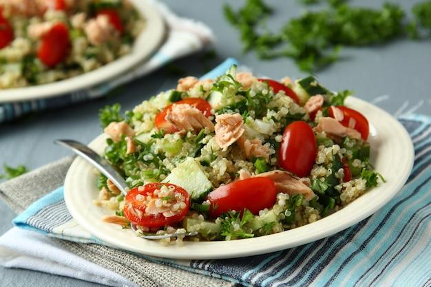 Salada de tabule com quinoa, salmão, tomate, pepino e salsa