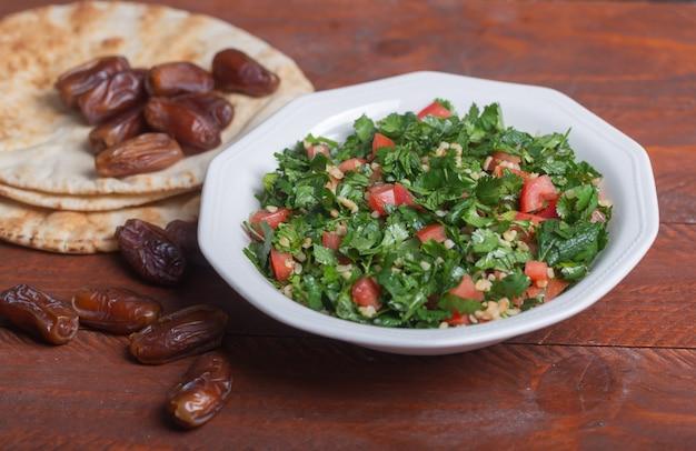 Salada de tabule, prato tradicional do oriente médio ou árabe. normalmente preparado com salsa, hortelã, bulgur, tomate