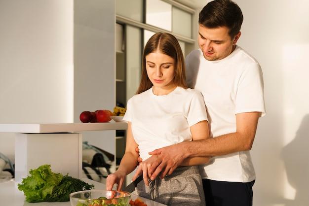 Salada de tempero de casal de vista lateral
