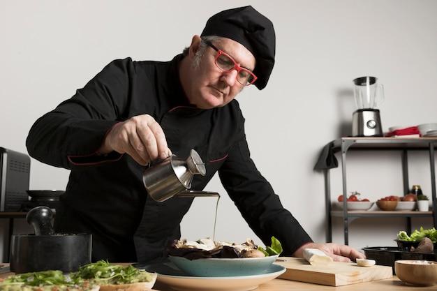 Salada de tempero de chef de baixo ângulo