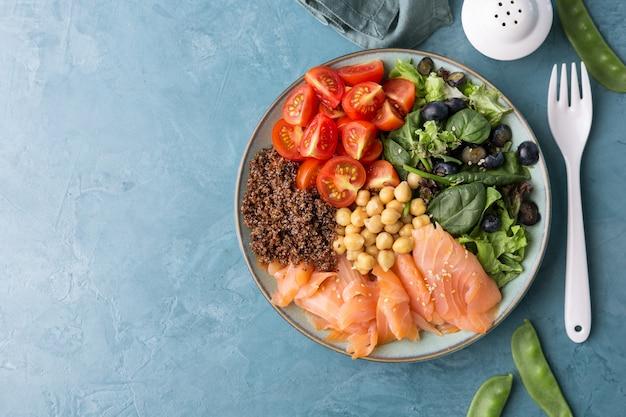 Salada de tigela de buda com legumes frescos