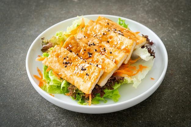 Salada de tofu teriyaki com gergelim - estilo de comida vegana e vegetariana