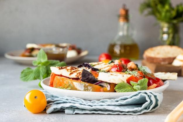 Salada de tomate, cebola e pimenta assada com queijo grelhado