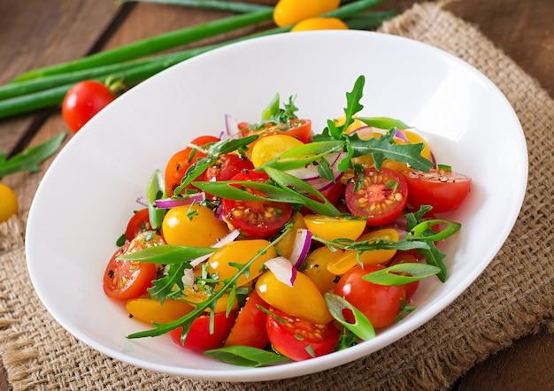 Salada de tomate cereja fresco com cebola e rúcula