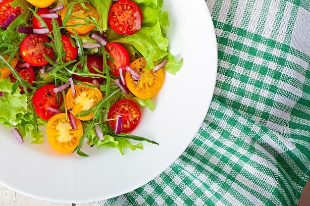 Salada de tomate com alface, arugala e cebola