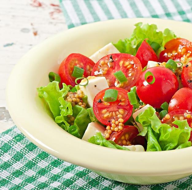 Salada de tomate com alface, queijo e mostarda e molho de alho