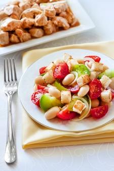Salada de tomate com feijão branco cozido e croutons