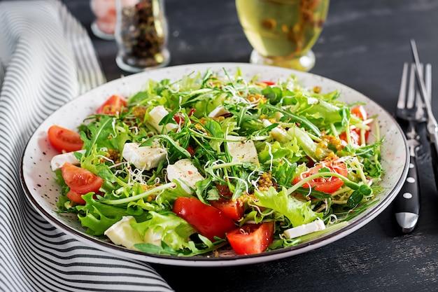 Salada de tomate com mix micro verdes e queijo camembert.