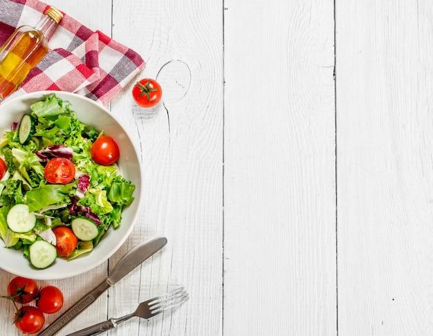 Salada de tomate e pepino com verduras