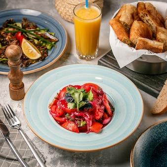 Salada de tomate em cima da mesa
