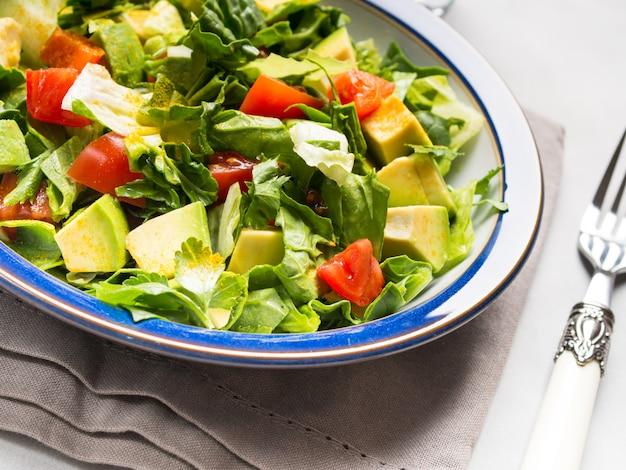 Salada de tomate espinafre abacate saudável