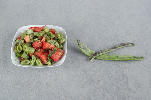 Salada de tomate picado com feijão e ervas.