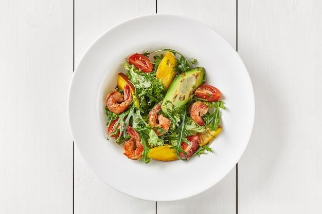 Salada de tomate rúcula manga abacate e camarão com pesto