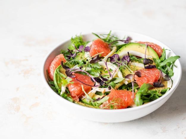 Salada de toranja e erva-doce com molho de mostarda dijon e brotos roxos