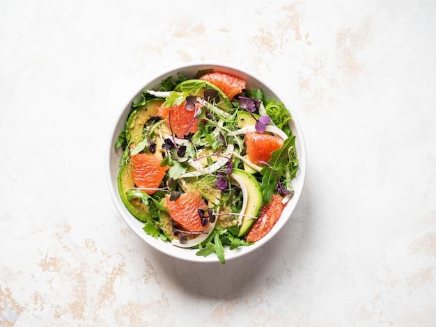 Salada de toranja e erva-doce em tigela branca